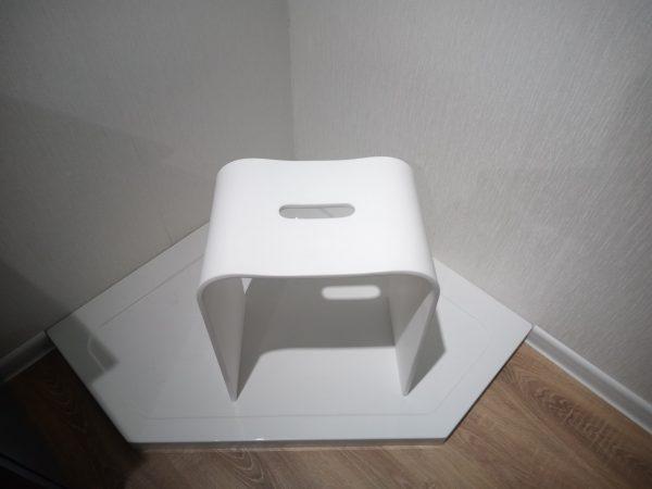 Фото табурета из искусственного камня для ванной комнаты