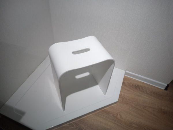 Фото стульчика из искусственного камня для ванной комнаты